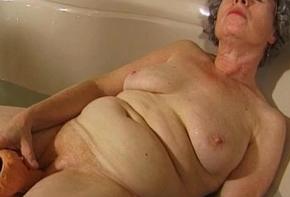 Granny masturbates around a vibrator in bathtub